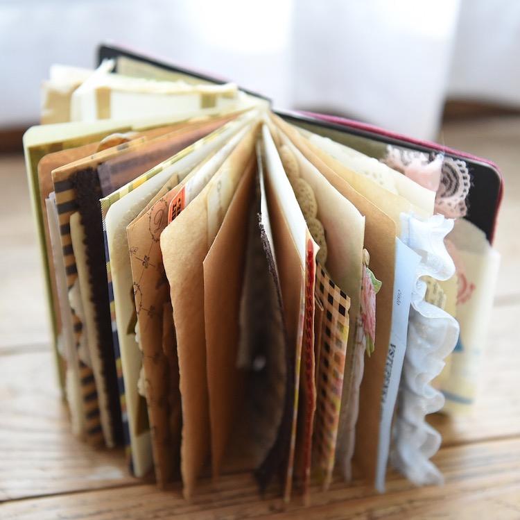 お気に入りの紙モノを集めて楽しめ、書いても楽しめる♪手作りコレクション手帳『ジャンクジャーナル』